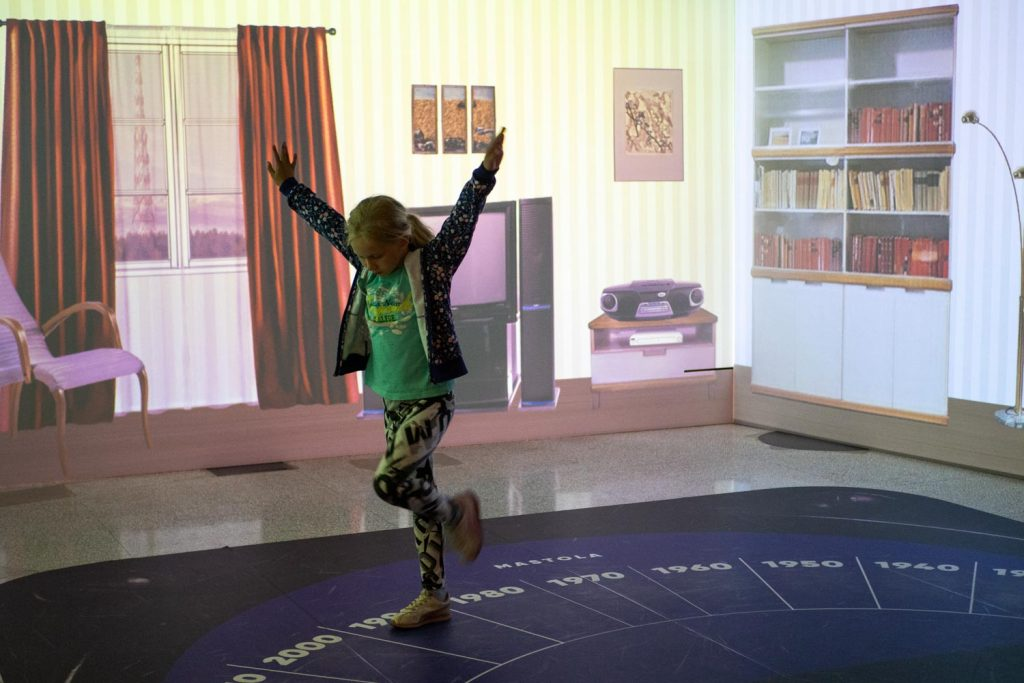 Museovieras näyttelyn Elävässä huoneessa.
