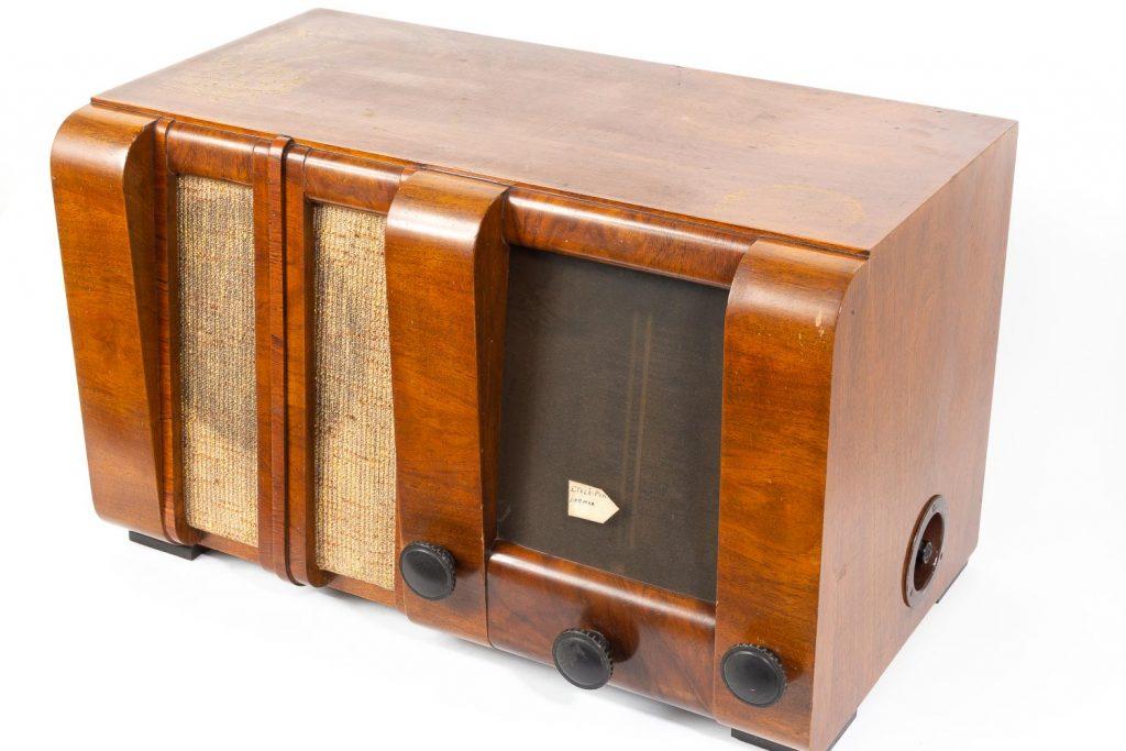 Vanha radio kuvattuna lähietäisyydeltä.