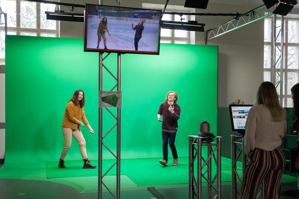 Nuoret pitävät hauskaa green screen studiossa.