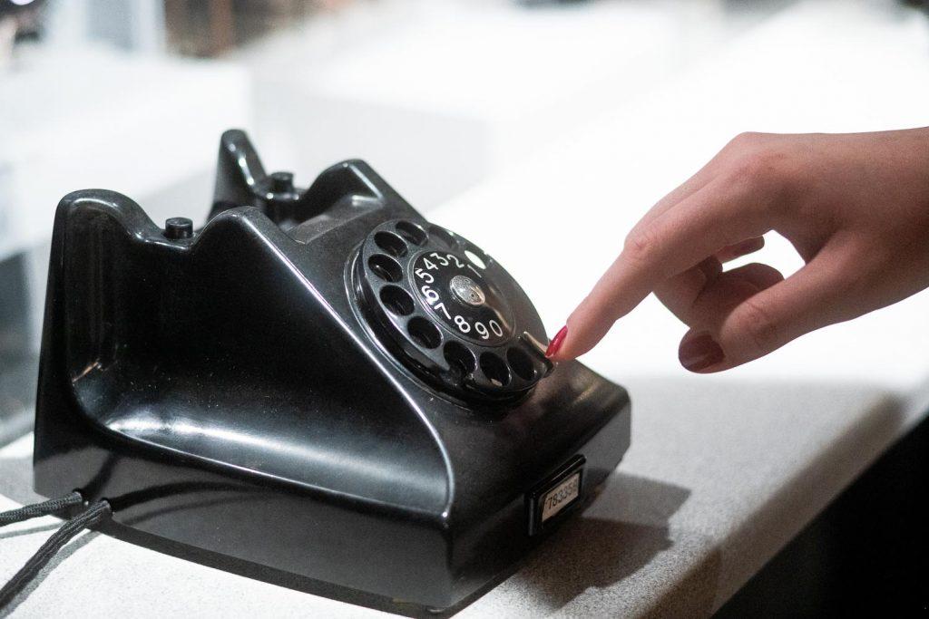Vanha puhelin pyöritettävällä numerovalikolla.