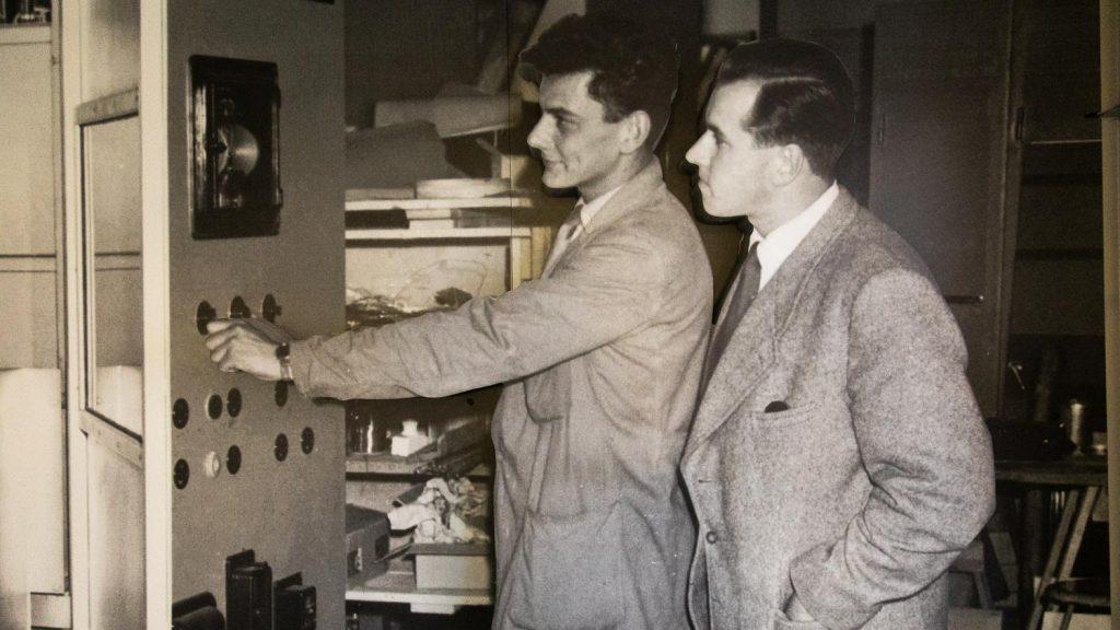 Miehet radiolaitteiden ääressä.
