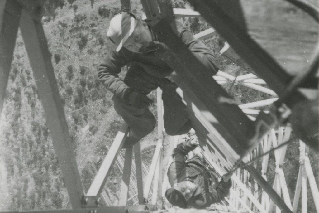 Radiomastovaloja asentavia työmiehiä työnsä ääressä.
