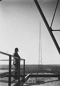 Lahden Radiomäen radiomasto toisesta mastosta kuvattuna.