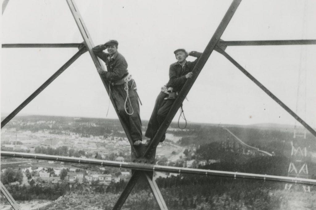 Pelottomia työmiehiä asentamassa radiomastovaloja vuonna 1954.