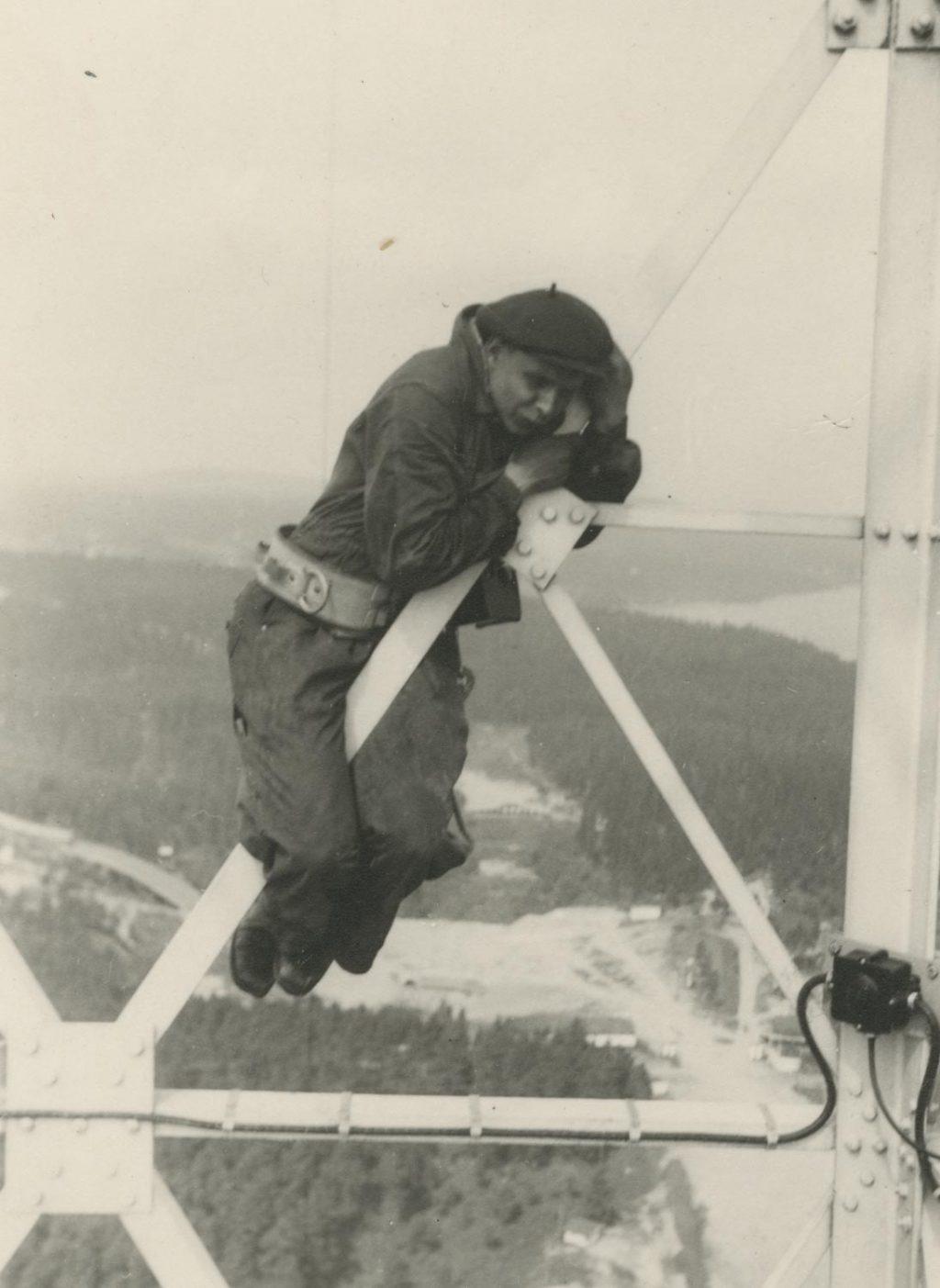 Radiomastovaloja asentava työmies vuonna 1954.